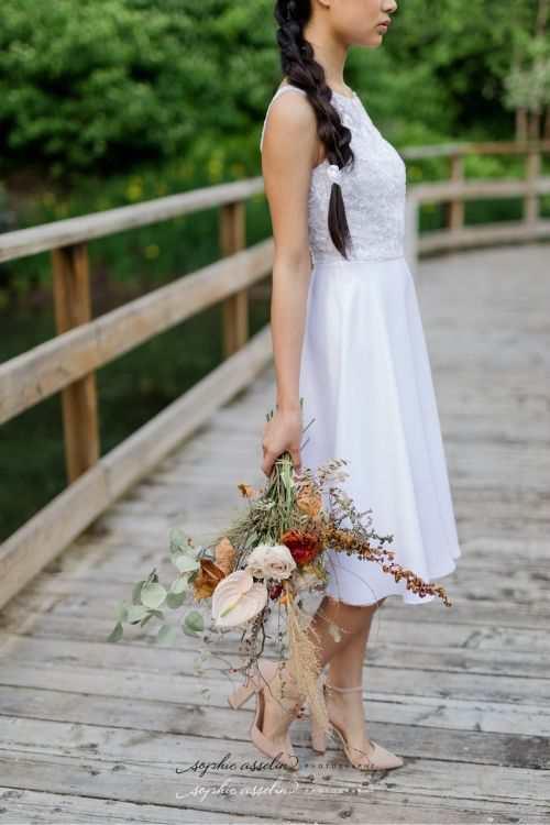 Ensemble de mariée court en crêpe de satin et tulle brodé dans le jardin des Floralies.
