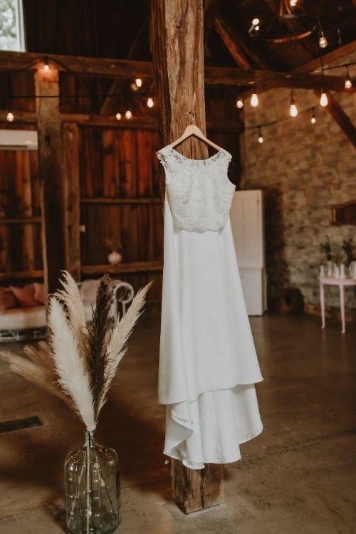 robe de mariée sur son cintre