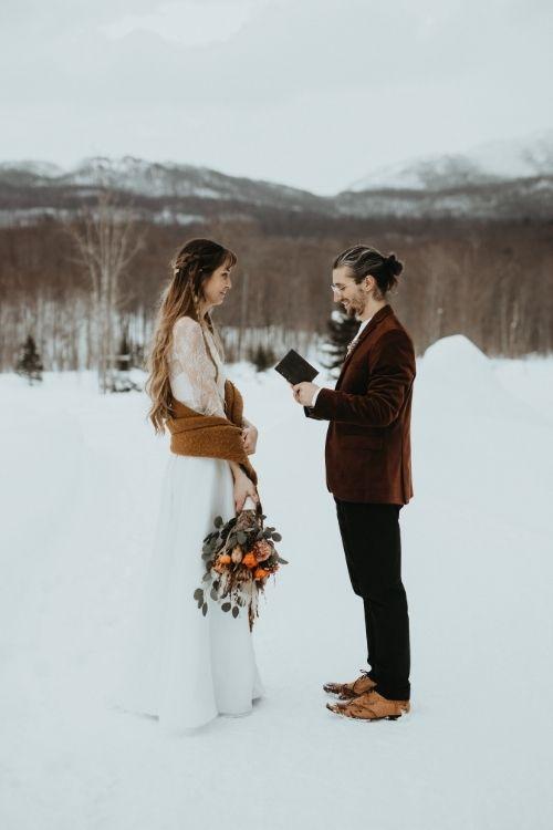 Les mariés prononcent leurs voeux au milieu d'un lac gelé