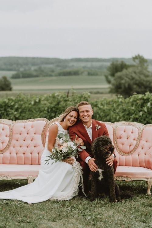 jeunes mariés sur un divan rose