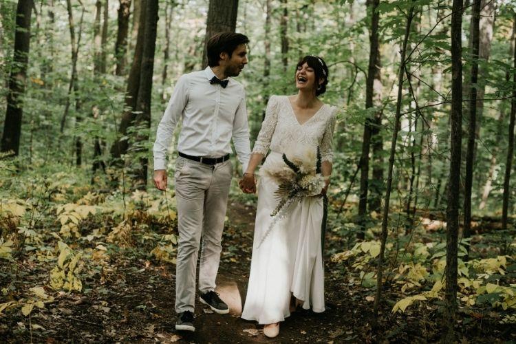 couple de jeunes mariés dans la foret