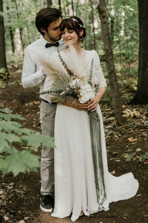 couple jeunes mariés qui s'enlacent