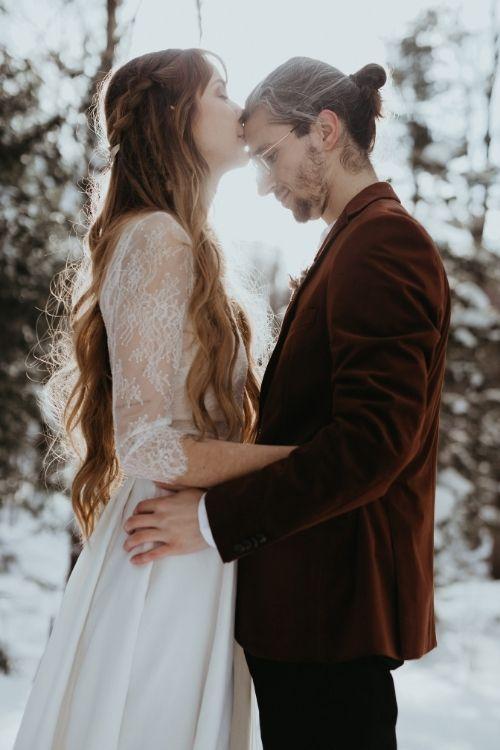couple dans la lumiere du soleil d'hiver