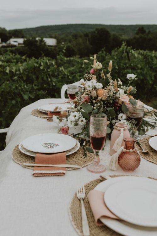 table de mariage face aux vignes