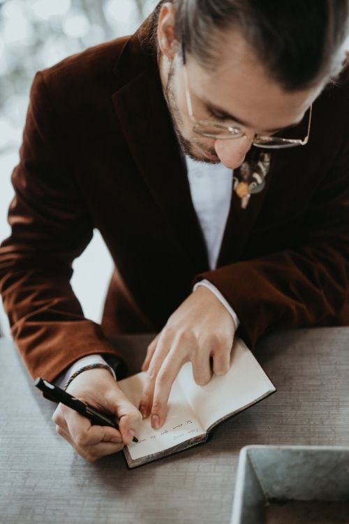 futur marié en train d'ecrire ses voeux