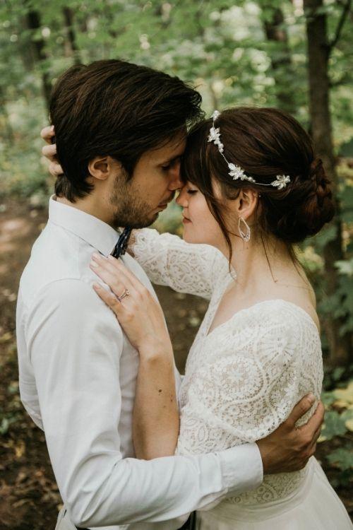 jeunes mariés amoureux
