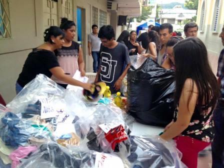 Batistas equatorianos preparando ajuda de emergência para vítimas do terremoto (Foto cortesia da Igreja Batista de Israel)
