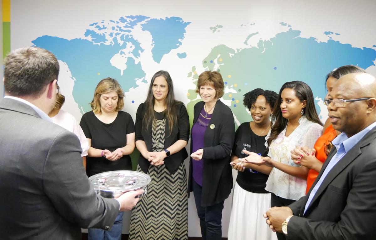 L'équipe de l'Alliance baptiste mondiale observe la communion dans le cadre de la célébration de clôture du 22e Congrès baptiste mondial.