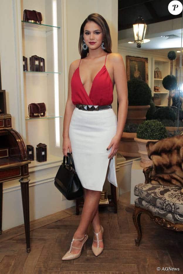 saia lapis decote bruna-marquezine-blusa vermelha