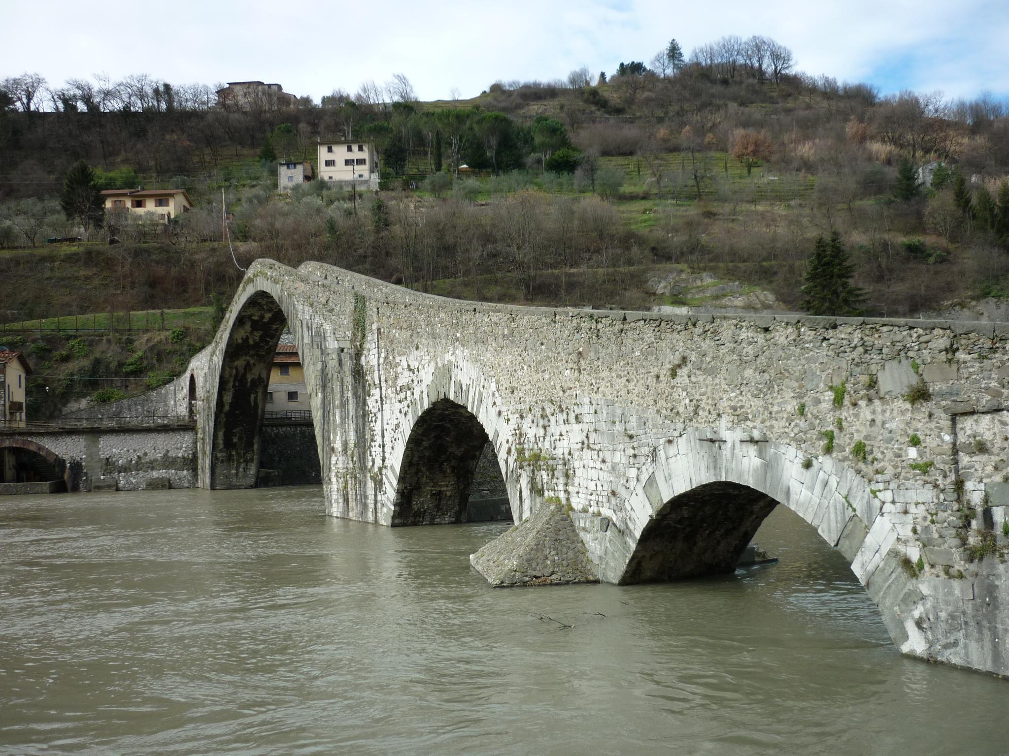italiainpiega-pieghe meravigliose-itinerari-moto-centro-italia-garfagnana-ponte delle maddalena 1