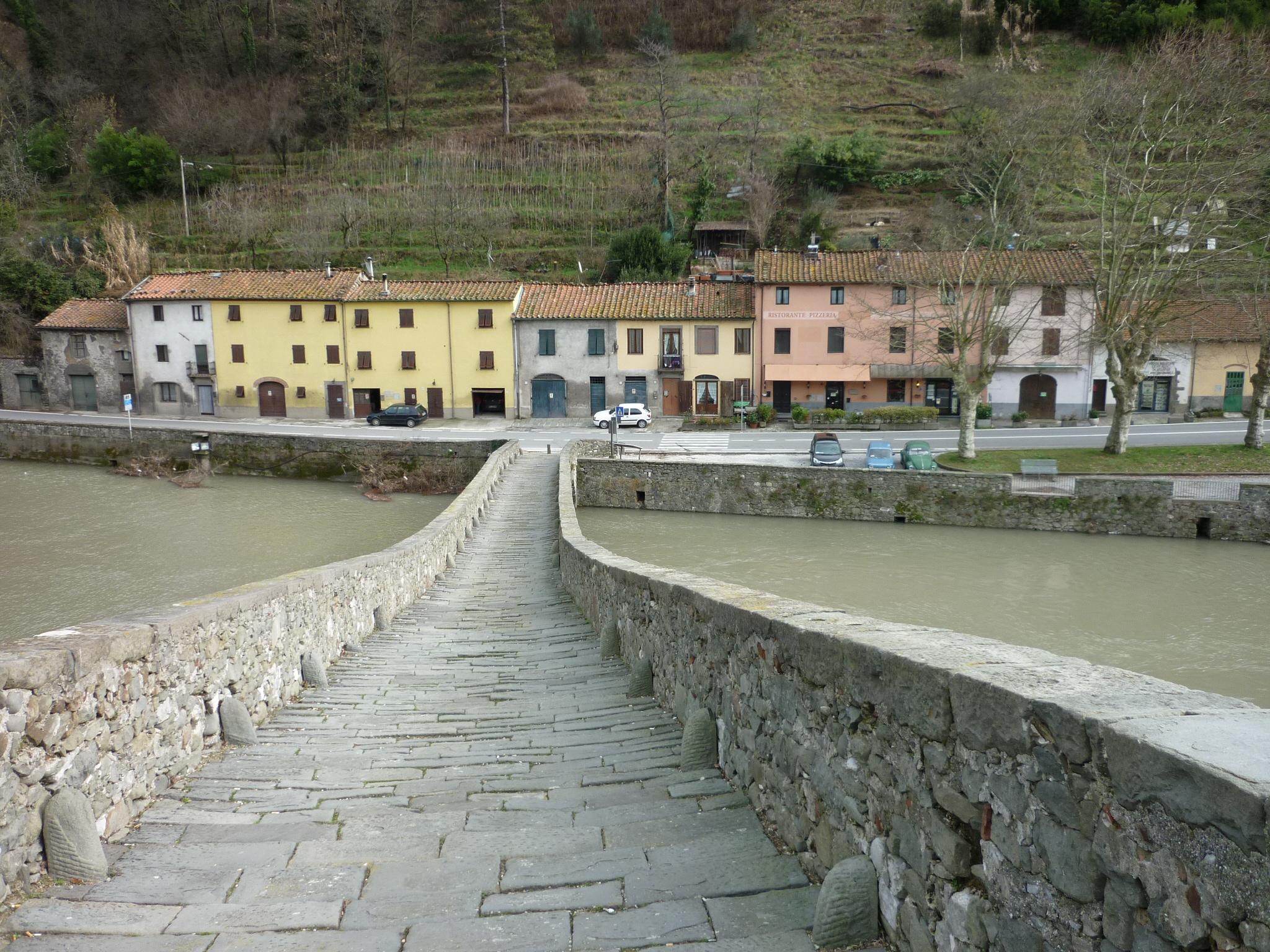 italiainpiega-pieghe meravigliose-itinerari-moto-centro-italia-garfagnana-ponte delle maddalena 2