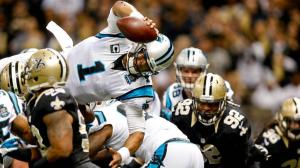 Newton salta sobre a defesa para anotar o TD
