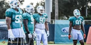 Pequenos rapazes da linha defensiva de Miami