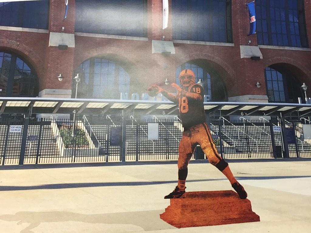 Como será a estátua de Manning na frente do Lucas Oil Stadium