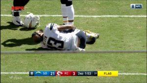 Keenan Allen caído após a lesão