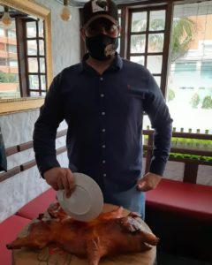 Henrry Montoya y un Cochinillo Segoviano.
