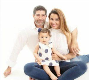 Henrry Montoya y Débora Salazar con su pequeña hija.