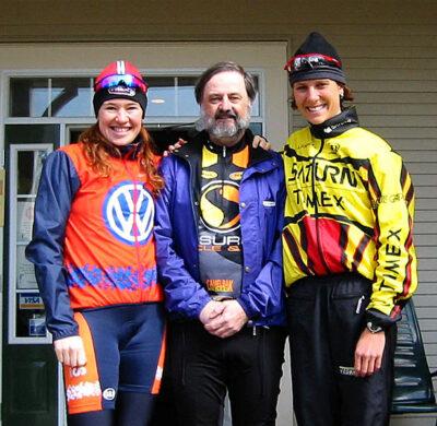 Guy Maguire entoure de Clara Hughes et Lyne Bessette