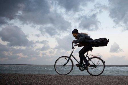 Pays-Bas, Kamperland, femme à vélo contre le vent orageux Credit: Profimedia, Alamy