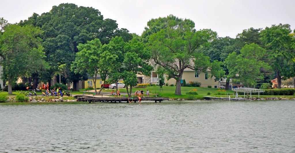 swimmers-on-dock-five-island-lake-emmetsburg