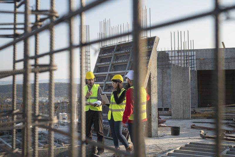 Construction-workers-discuss-the-building-plans-cm