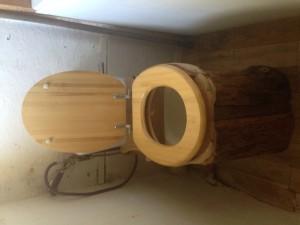 Le principe est d'intercaler une cale de bois entre la céramique et la lunette, pour la réhausser (pour pouvoir mettre un seau). Après, on peut chipoter en fixant aussi des planches verticales pour faire plus joli