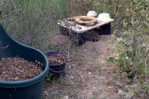 une TS très simple pour préparer directement les trous de plantation, en mélangeant compost, bois, sable et-ou terre. L'accès se fait par un labyrinthe de chemins, il est donc facile d'en priver l'accès lorsqu'elle est occupée, au moyen d'une corde et d'un panneau. Si l'intimité n'est pas naturellement assurée par la végétation, on peut ajouter une cabine légère, un paravent ou simplement un tissu sur une corde. Ici 1 planche trouée et 4 pots de fleurs, au dessus d'un trou, mais le trou est optionnel car on peut aussi bien faire des buttes auu dessus du niveau du sol, et déplacer cette installation fini les gestions de seaux, qui pourrissent quand il pleut.... Au lieu de se faire assister on enrichit directement et définitivement le sol en humus là où il sera utile.