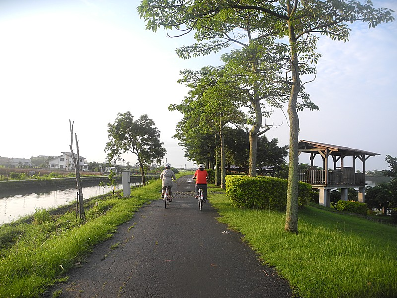 Biking on the Dong Shan River Bikeway © 2015 Karen Rubin/news-photos-features.com
