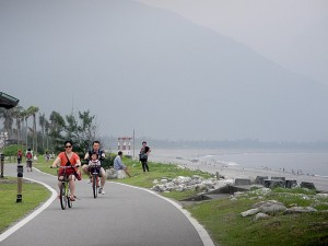 Biking along Chihsingtan Beach © 2015 Karen Rubin/news-photos-features.com
