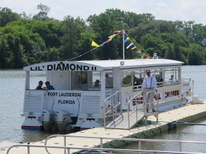 Captain Jerry Gertz welcomes passengers aboard the Lil Diamond II for the 90-minute narrated Erie Canal cruise © 2015 Karen Rubin/news-photos-features.com