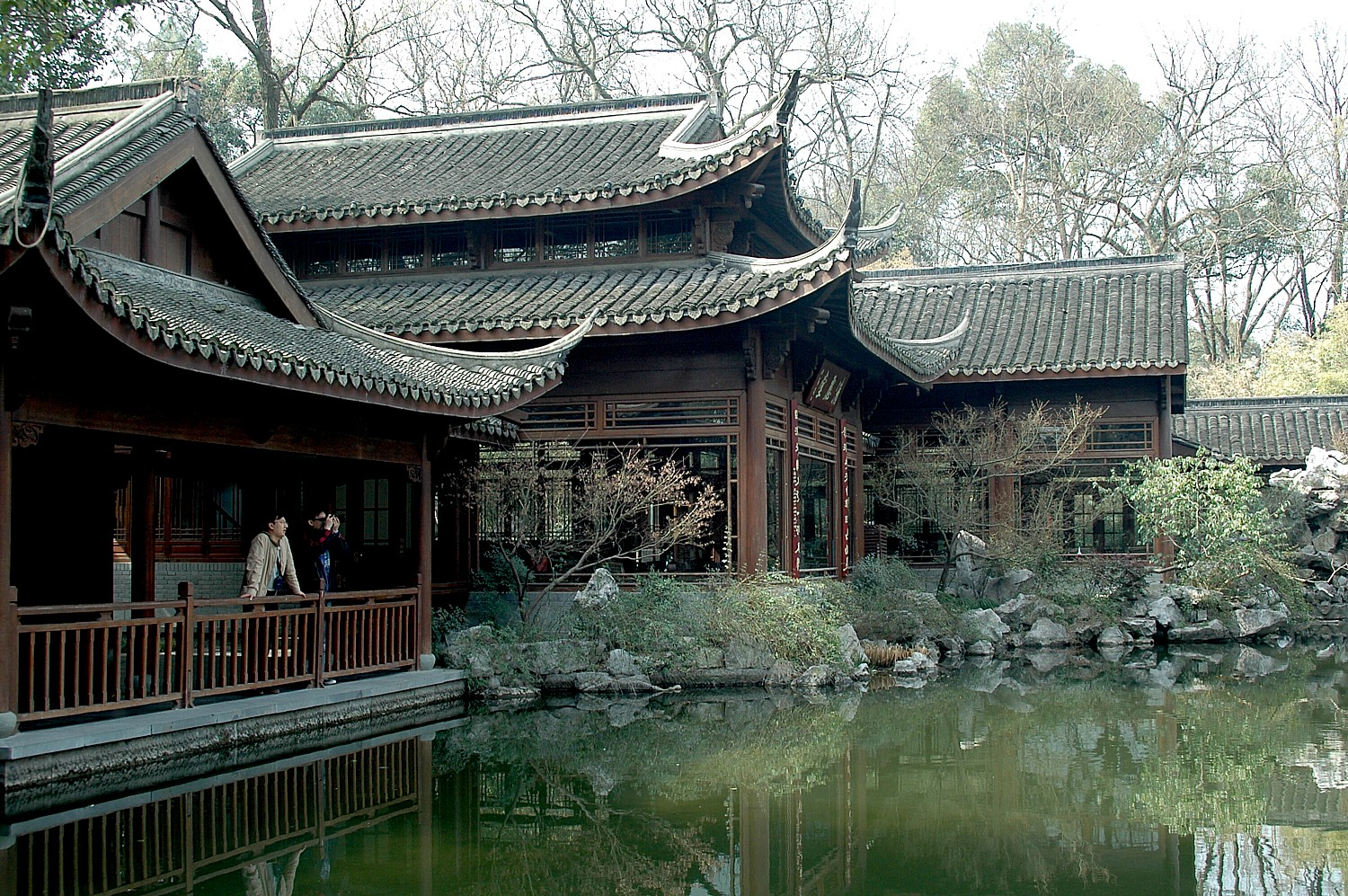 A historic villa at West Lake serves as a tea house © 2016 Karen Rubin/goingplacesfarandnear.com