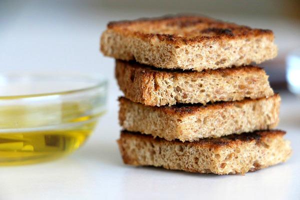 איך להצנים את הלחם כשמכינים ברוסקטות
