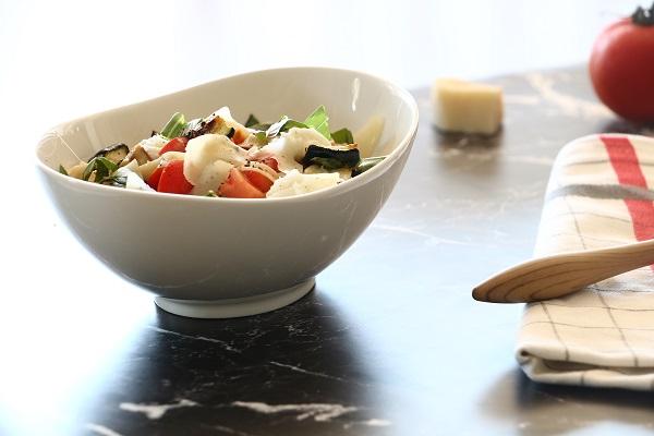 פסטה עם זוקיני עגבניות ומוצרלה שמכינים בצ'יק - אירוח בסטייל - EshetStyle (צילום:טליה הדר)