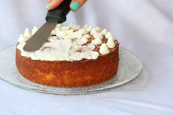 עוגת יום הולדת לבנה שילדים אוהבים - מתכון מעולה וטיפים לקישוט - EshetStyle (צילום: טליה הדר)