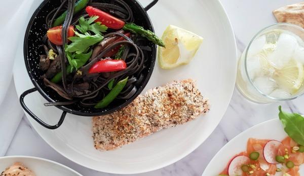 פילה סלמון בציפוי קריספי בתנור - מנה מושלמת לאירוח ובכלל - EshetStyle (צילום: טליה הדר)