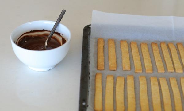 מקלות מתוקים מבצק מוכן מצופים בשוקולד ומקושטים - מתאימים ליאירוח בום הולדת ובמסיבה - אירוח בסטייל EshetStyle (צילום: טליה הדר)
