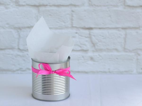 איך להגיש מקלות מצופים בשוקולד - רעיון יצירתי להגשה עם קופסת שימורים - טיפים רפקטים לאירוח בסטייל EshetStyle (צילום: טליה הדר)