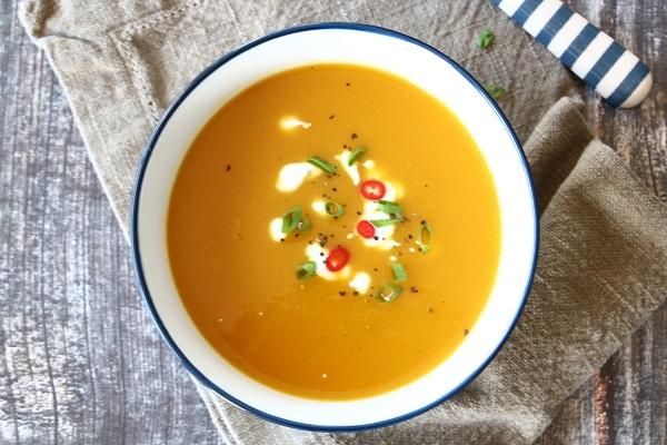 מרק כתום וטעים_מתכון קל למרק כתום_הגשה בסטייל_EshetStyle.com (צילום: טליה הדר)