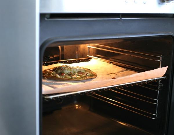 פיצה ביתית עם פסטו_אירוח בסטייל_מתכונים בעשר דקות (צילום: טליה הדר) EshetStyle.com