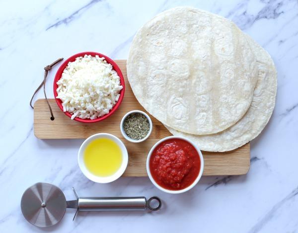 פיצה על טורטיה_איך להכין פיצה בעשר קות_ארוחת ערב לילדים (צילום: טליה הדר)