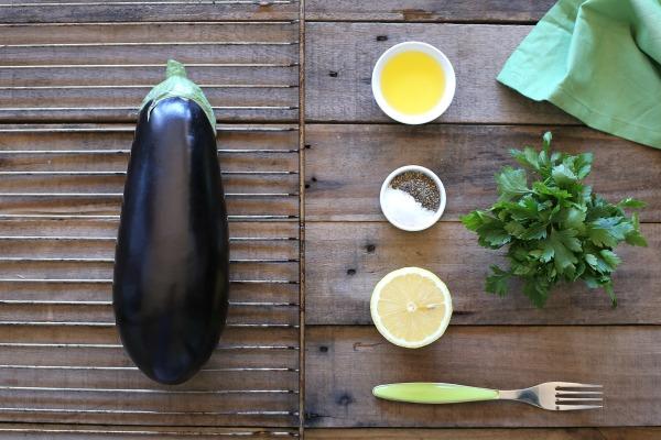 איך להכין חציל קלוי בתנור ללא לכלוך_תוספת לעל האש_אשת סטייל_בלוג אוכל ואירוח_צילום: טליה הדר