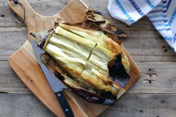 איך לחתוך חציל קלוי בתנור_מתכון קל ובסטייל_אירוח בסטייל_צילו: טליה הדר EshetStyle.com