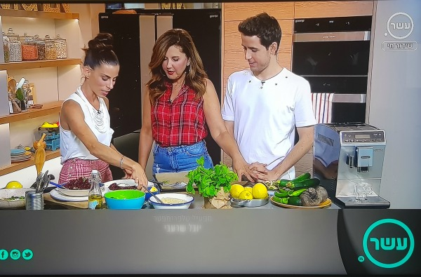 הבלוגרית טליה הדר מהבלוג אשת סטייל בתוכנית טלויזיה מכינה מנת מסעדה