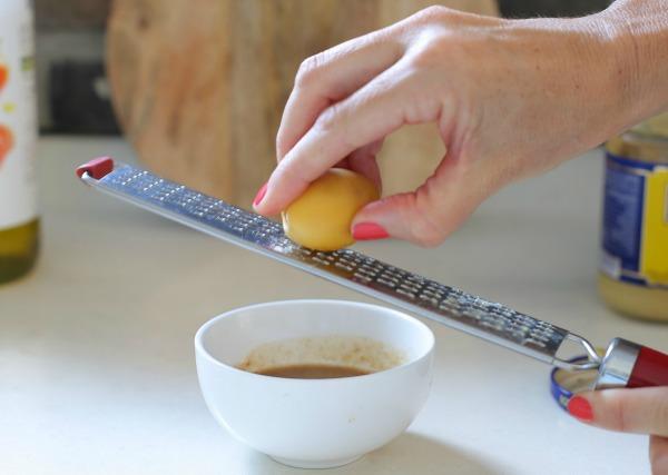 רעיון להמתיק רוטב לסלט בלי סוכר או דבש_סלט ירוק עם רוטב מתקתק_תמרים צהובים_אירוח בסטייל (צילום: טליה הדר)