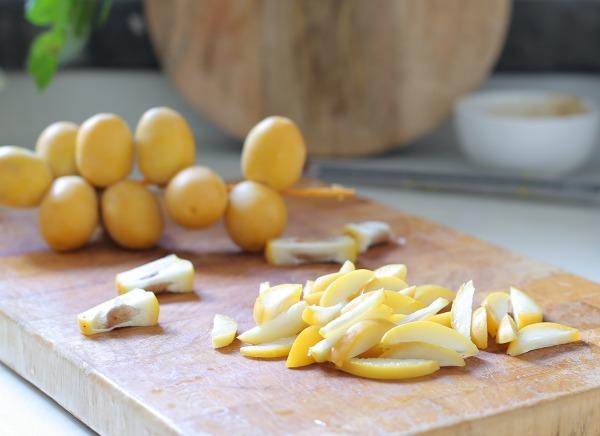 רוטב טעים לסלט עלים_רוטב לסלט_אירוח בסטייל_מתכון עם תמרים צהובים (צילום:טליה הדר)