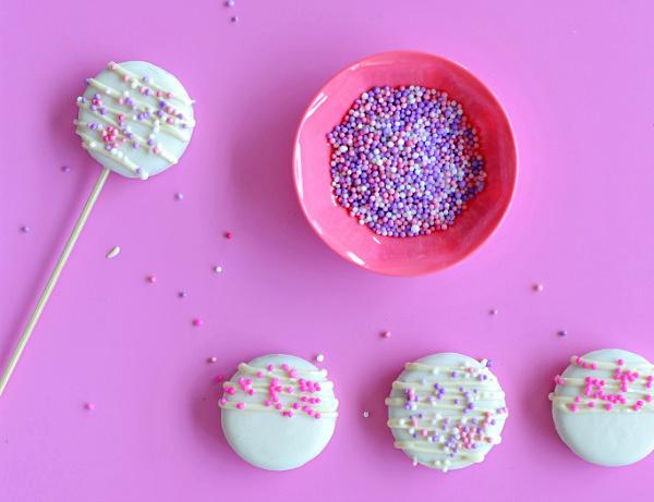 איך להכין עוגיות מצוות ומקושטות_קייק פופס בכאילו_רעיונות לשולחן המתוקים ביום הולדת_צילום טליה הדר אשת סטייל