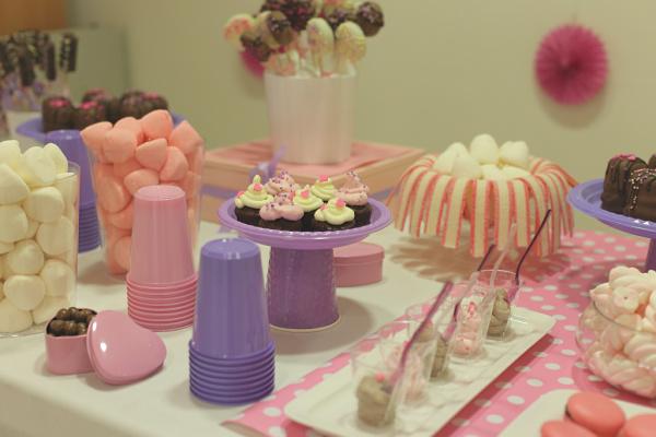 ארגון יום הולדת לילדה בת 6_כוסות צבעוניות כדי למלא בממתקים_טיפים פרקטיים לארגון יום הולדת_בלוג אוכל ואירוח של טליה הדר