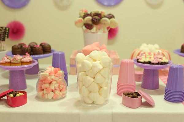 כלים חד פעמיים ליום הולדת_באקטים שקופים לממתקים_עיצוב שולחן ממתקים_טליה הדר_אשת סטייל