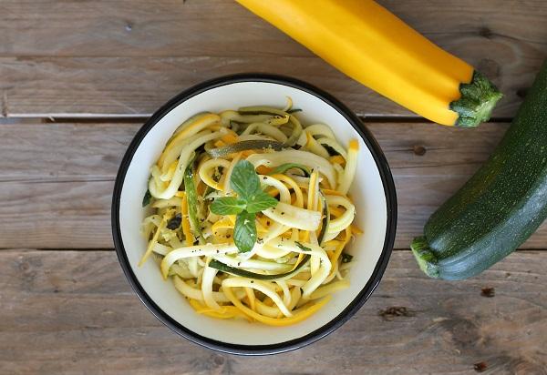 תוספת ירק משגעת, תוספת בריאה ודיאטית, תוספת זוקיני, ספגטי זוקיני_אירוח בסטייל_צילום ומתכון: טליה הדר_אשת סטייל