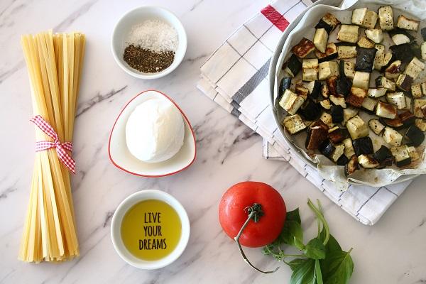 פסטה זוקיני עגבניות ומוצרלה_מתכון קל_אירוח בסטייל_צילום ומתכון: טליה הדר_אשת סטייל